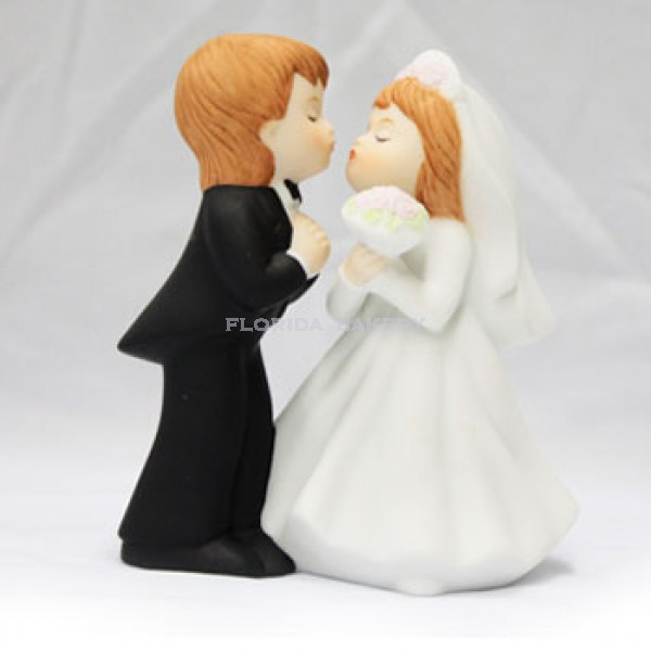 Bisque Kissing Couple